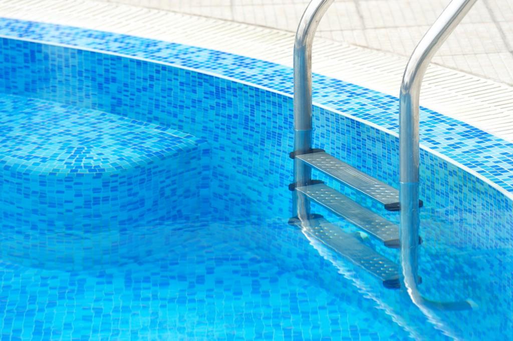 Mantenimiento de piscinas consejos b sicos revista lamudi for Instalacion de piscinas pdf